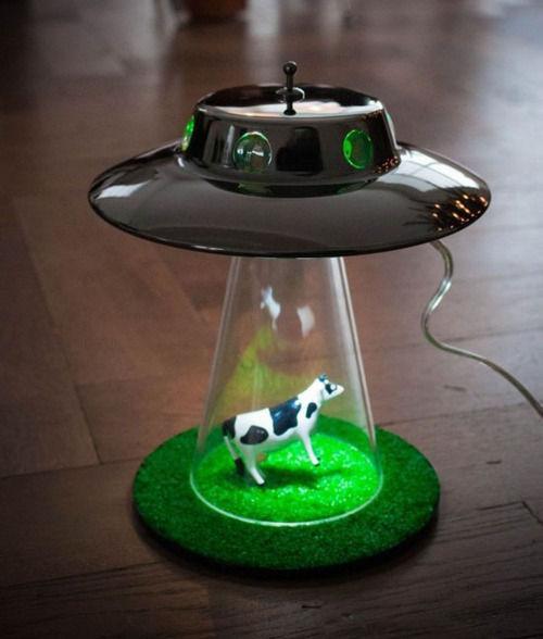「キャトルミューティレーション」を完全再現 牛がufoに連れ去られるランプが欲しすぎる トゥギャッチ