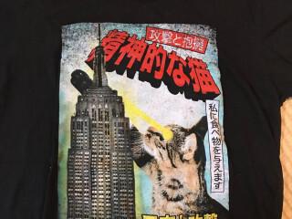 「精神的な猫」「昼寝と攻撃」…謎の言葉が散りばめられたTシャツのインパクトがすごい!