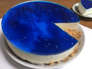 宇宙の神秘を感じる!! ため息が出るほど美しいスイーツ「宇宙レアチーズケーキ」
