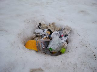 生態系に影響も?北アルプスで雪の中から発見された放置ゴミがひどいと話題に