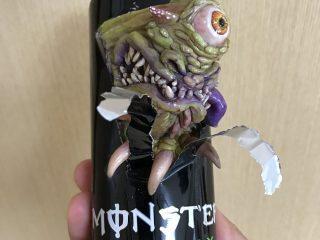 「モンスターエナジー」の缶の爪痕はどんな生物が残したのか、原型師が想像して立体化してみた