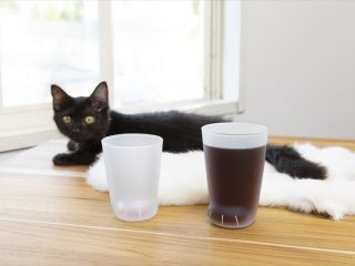 コーヒーを入れれば黒猫さん、ミルクを入れれば白猫ちゃんのおててになる!「ねこの手グラス」が登場