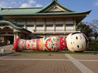 まるで涅槃像だ…美術館の前に展示されてる巨大こけしが寝たり起きたりしていてフシギすぎる