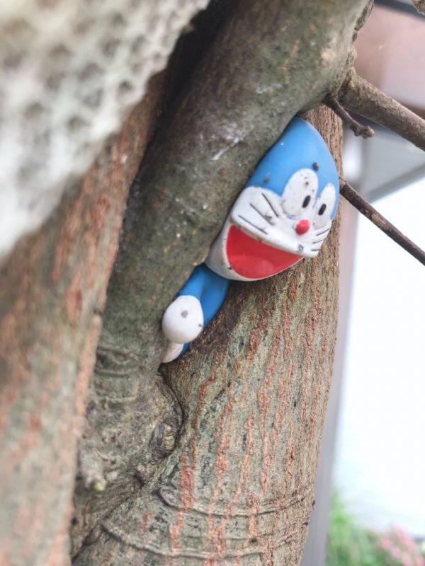 木に挟まったドラえもん