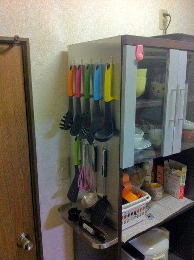 キッチンボードにかけられた調理器具