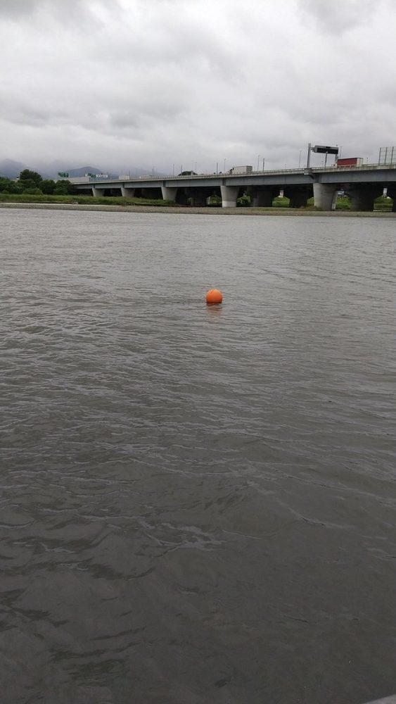 川に浮かぶオレンジ色のブイ