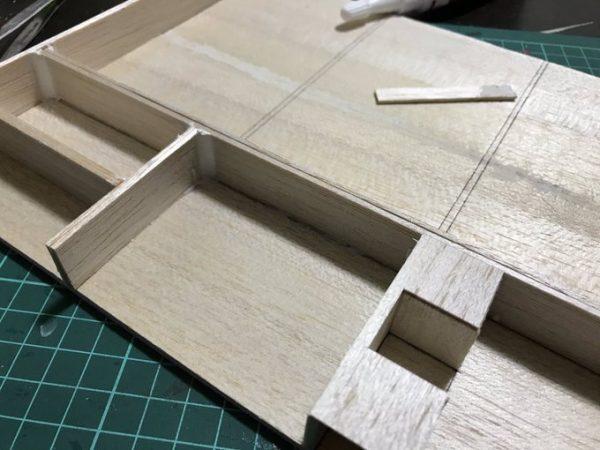 容器にする木材を組み立てる