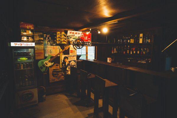 バーに改装された納屋