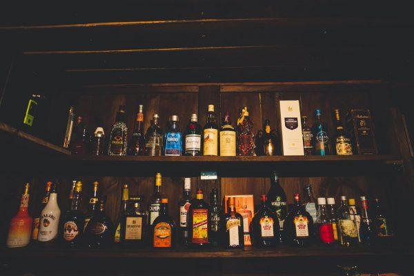 バーに並ぶお酒の瓶