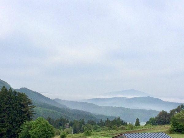 遠くまで連なる山々の風景