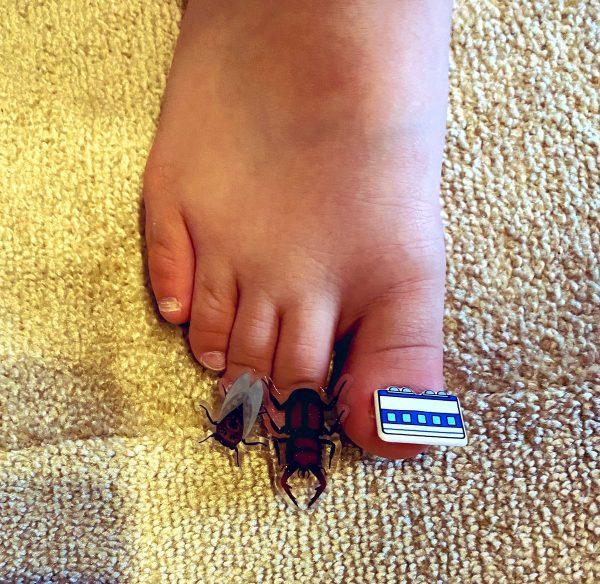 シールで「サマーネイル」を施した足