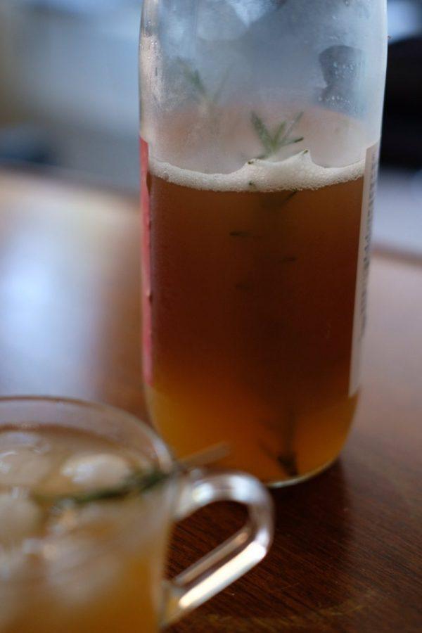 リンゴジュースのビンと中に入ったローズマリー