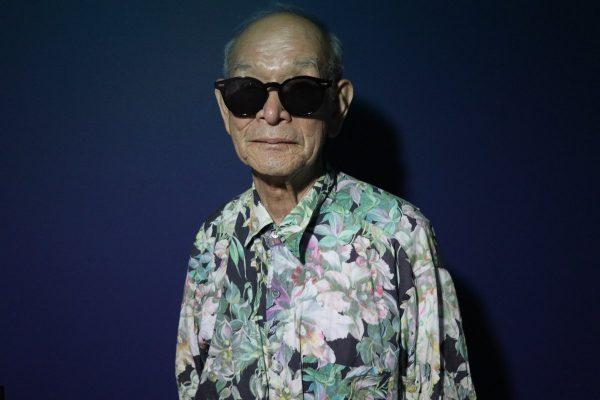 孫の柄シャツを着たおじいちゃん