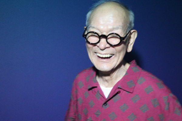 孫のシャツで笑顔のおじいちゃん