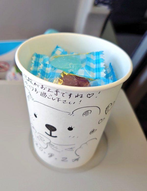 紙コップの中にはお菓子が