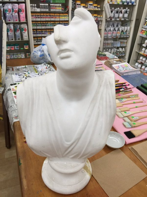 正面から見た石膏像