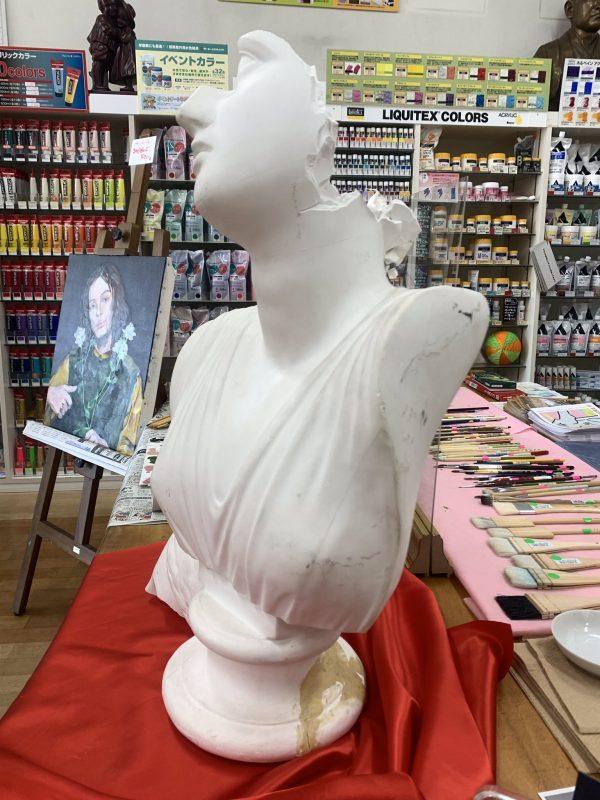 横から見た石膏像