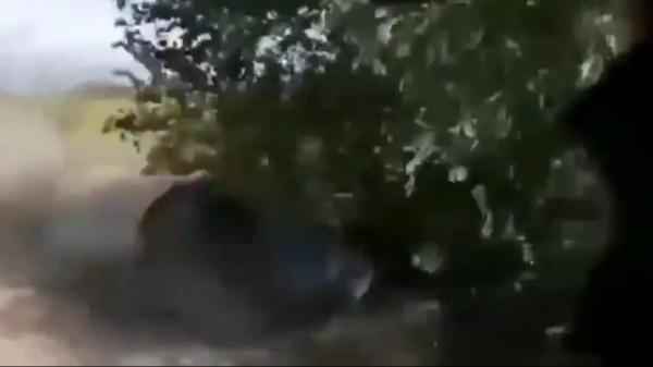 木に突っ込むバイク